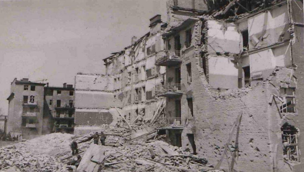 Fot. 1.Zniszczone kamienice przy ul. Śniadeckich. Źródło: I.Z. Dok IV. – 123