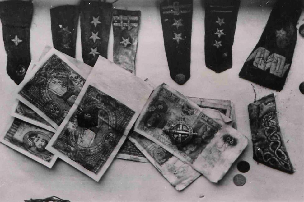Fot. 9. Naramienniki, banknoty, monety.