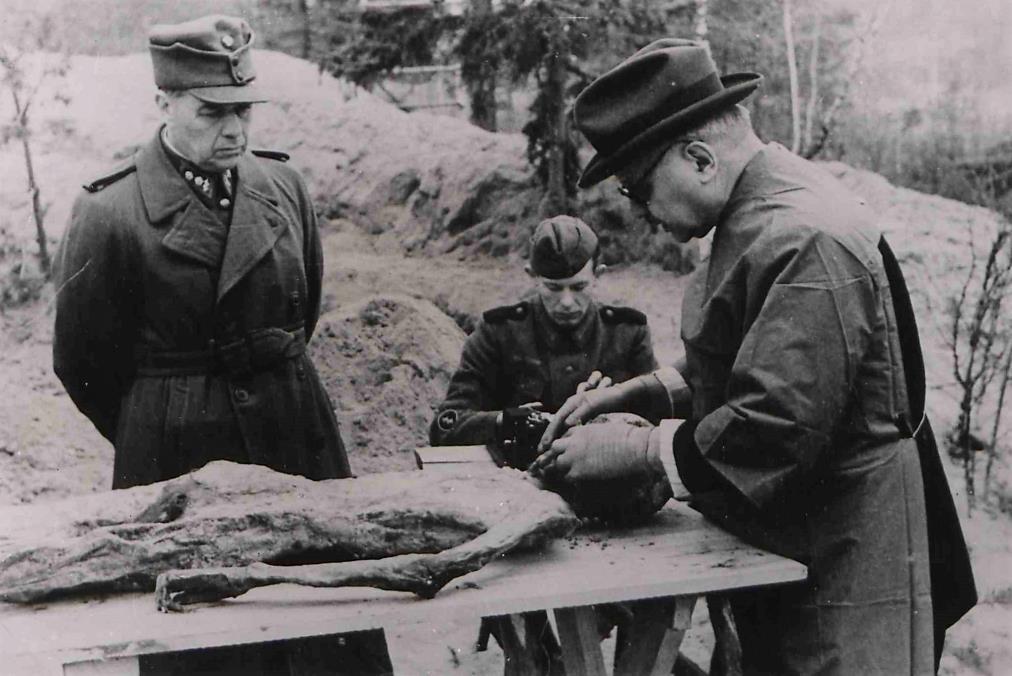 Fot. 6. Sekcję zwłok jednej z ofiar przeprowadza węgierski specjalista prof. Ferenc Orsós, towarzyszy mu fiński lekarz wojskowy prof. Arno Saxēn.