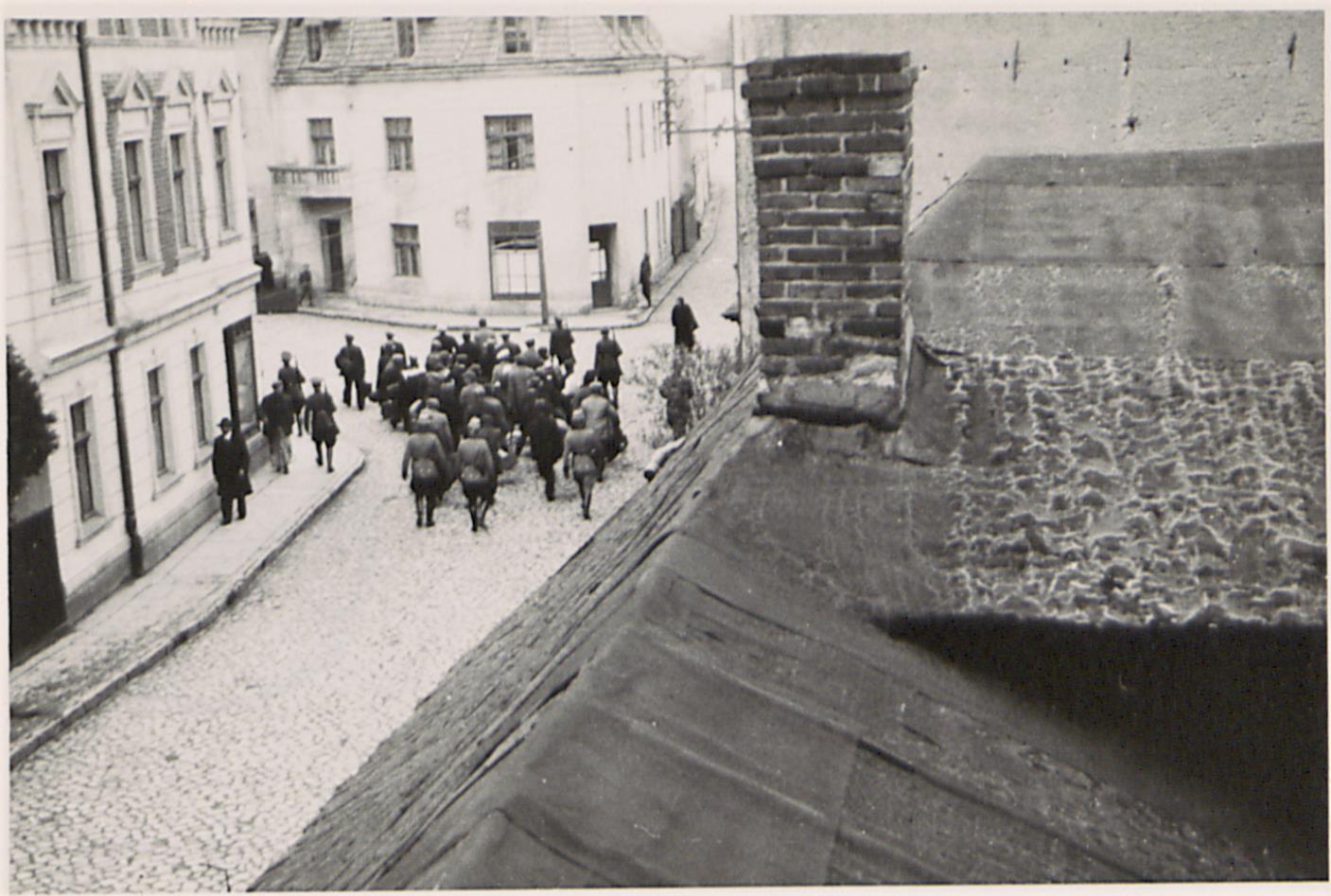 Fot. 3. Transport aresztowanych na stację kolejową (ujęcie ostatnie). Źródło: I. Z. Dok. IV – 132.
