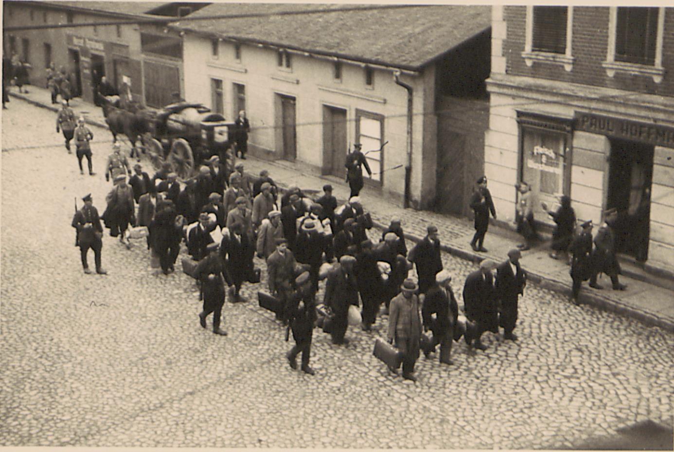 Fot. 1. Transport aresztowanych na stację kolejową (ujęcie pierwsze). Źródło: I. Z. Dok. IV – 132.