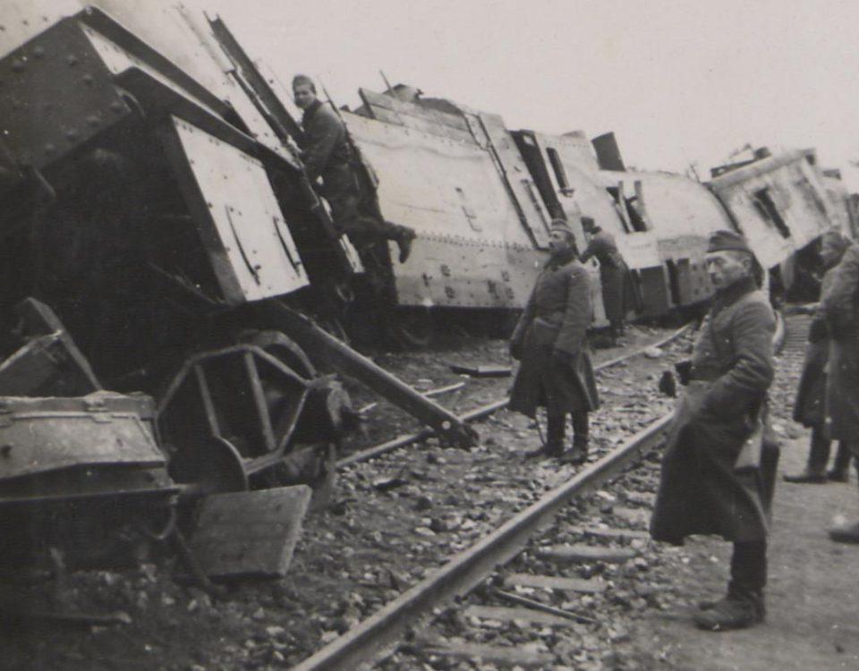 Fot. 8. Wykolejony pociąg pancerny. Fot. 8. Wykolejony pociąg pancerny. Źródło: I.Z.Dok. IV-163.