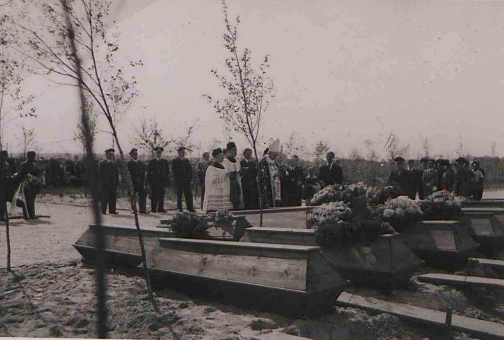 Fot. 4. Pogrzeb Polaków – ofiar nalotu alianckiego z udziałem bp W. Dymka. Źródło: I.Z.Dok IV - 123