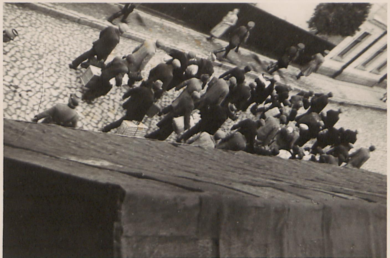 Fot. 2. Transport aresztowanych na stację kolejową (ujęcie trzecie). Źródło: I. Z. Dok. IV – 132.