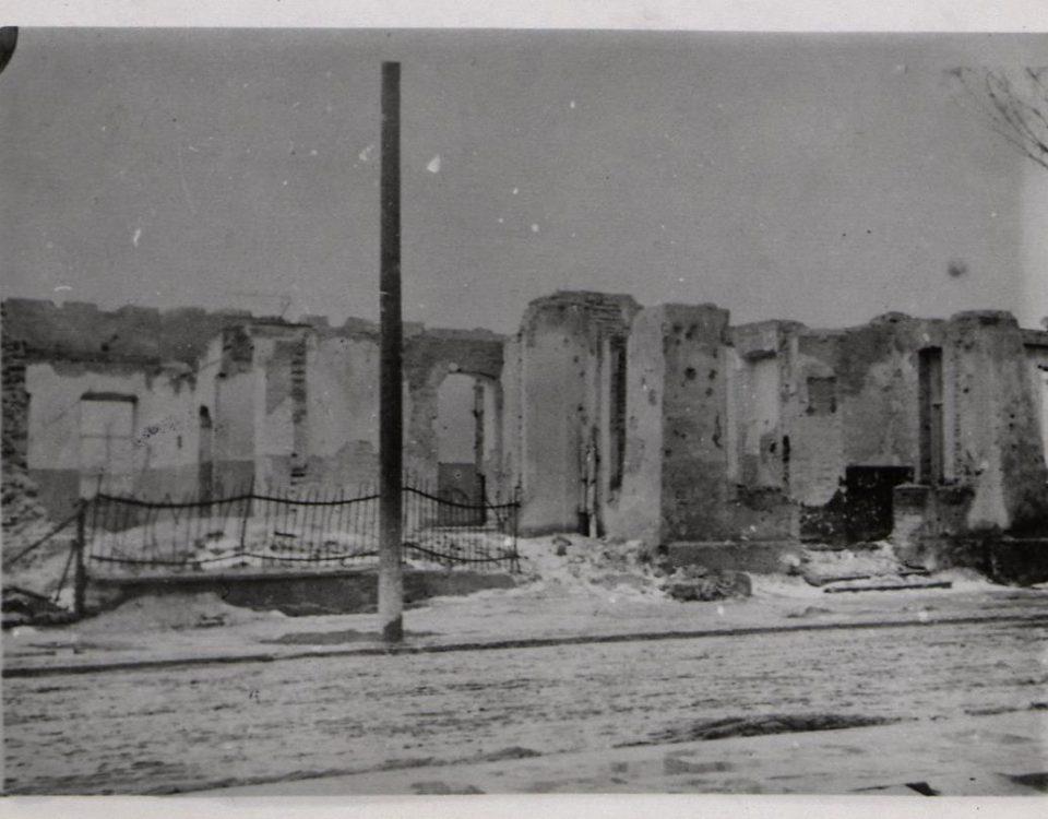 """Fot. 2. Zbombardowane miasto. Podpis na odwrocie zdjęcia: """"Ruiny zburzonego domu, rok 1939"""". Źródło: I.Z. Dok. IV – 144."""