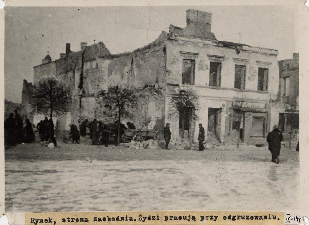 Fot. 3. Odgruzowywanie miasta. Źródło: I.Z. Dok. IV – 144.