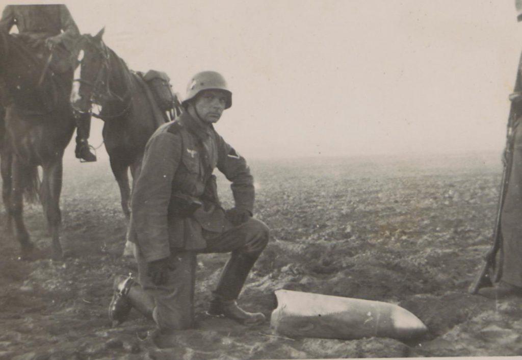 Fot. 5. Żołnierz nad bombą. Źródło: I.Z.Dok. IV-163.